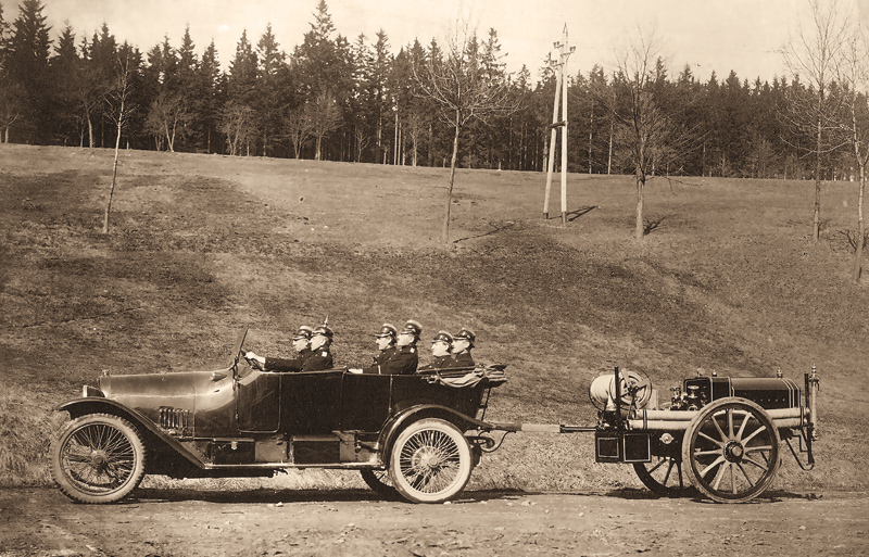 Factory fire brigade in a Horch automobile with a fire fighting trailer in the 1920s